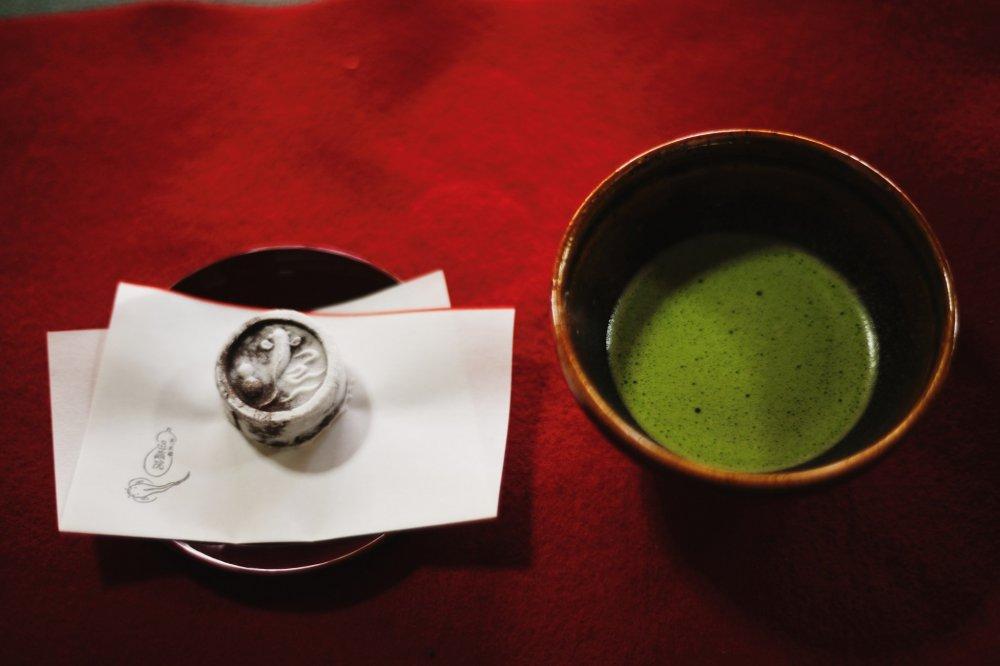 大休庵の茶席で一服。お茶請けは退蔵院らしい瓢鮎図(ひょうねんず)を模したものだろう