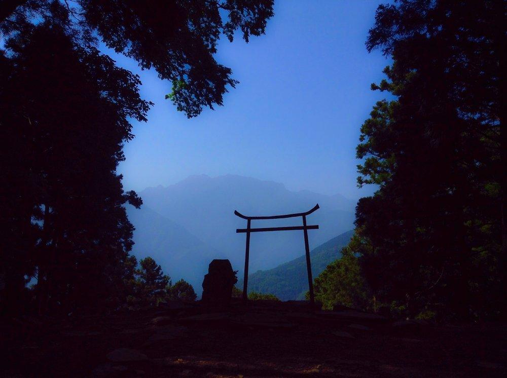 奥の院は石鎚山の遥拝所