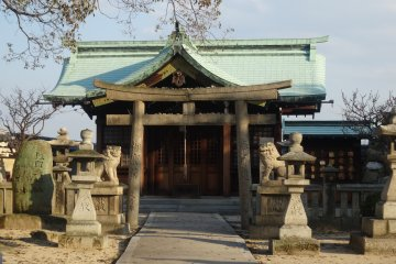 <p>The castle&#39;s inner courtyard also boasts the Fukiage Shrine</p>