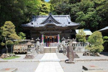 Shirohama shrine, a peaceful and beautiful location with stunning surroundings