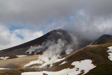 Pemandangan Kontras Gunung Asahi