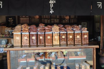 <p>Since 1885, Funashiya has stood over the banks of the Kamogawa in the same machiya shophouse.</p>