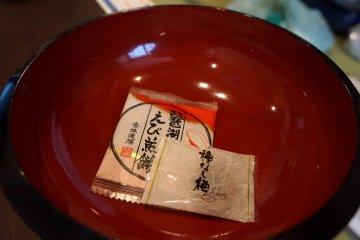 <p>료칸 객실에 놓여있던 간식! 하나는 신맛이 매우 강한 절인 매실? 같은 맛, 다른 하나는 새우깡보다 더 새우맛이 강한 과자였어요.</p>