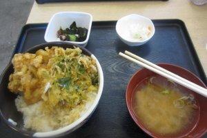 Ikan goreng dan bawang bombai di atas nasi dengan sup miso dan acar