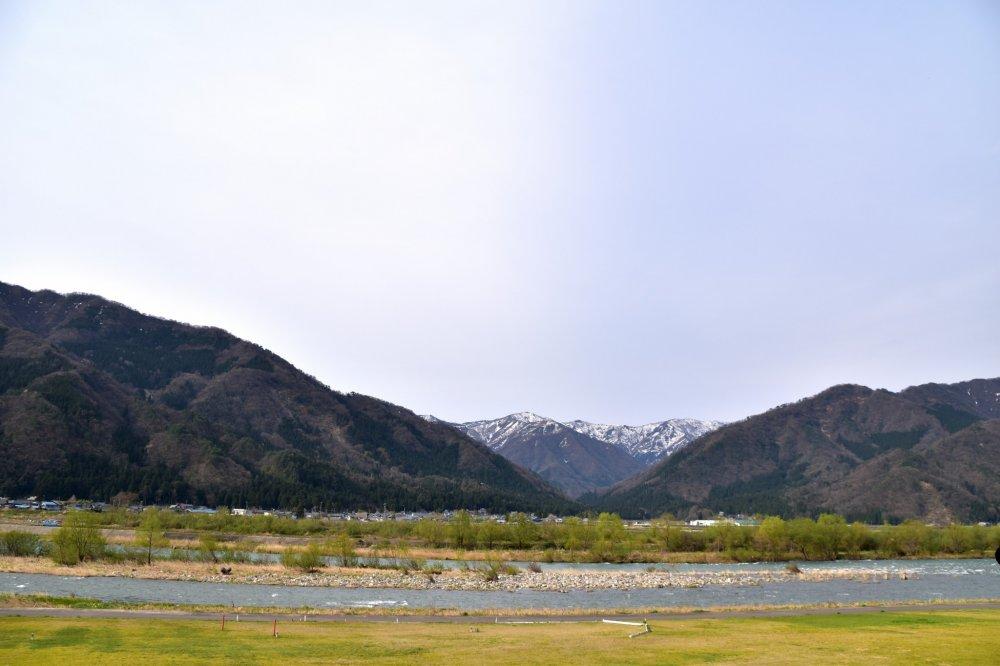 널찍한 쿠즈류 강둑과 아름다운 산들