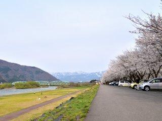 강둑은 아름다운 산으로 둘러싸여 있다