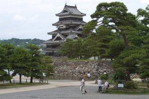 Прилегающая к замку территория утопает в пышной зелени японских сосен
