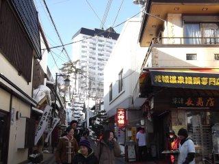 Ở đây có những người đang đi phát bánh bao 'Onsen manju' cho du khách ăn thử