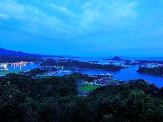 夜の照明が残る日の出前の天草松島