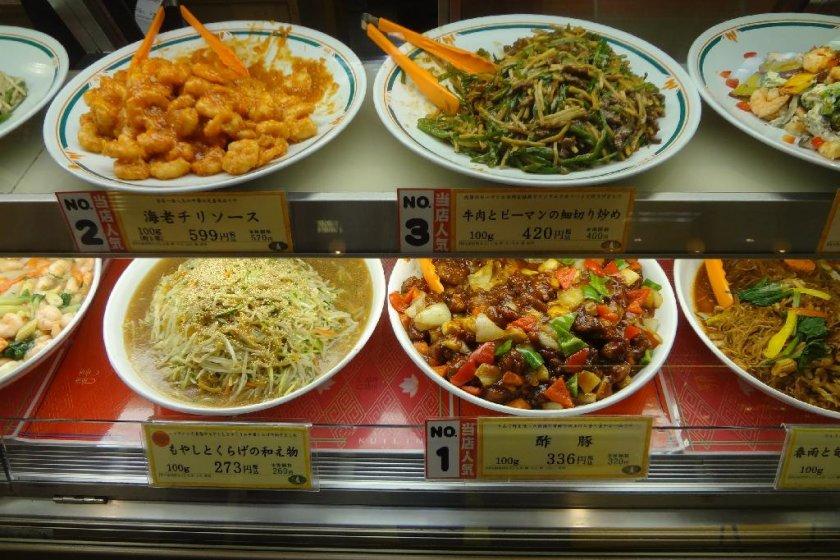 """Tiga makanan enak Cina. Kiri atas adalah """"Ebi-chiri"""" atau udang goreng pedas. Kanan atas adalah """"Chin-jao-rosu"""" yang terdiri dari beberapa daging sapi, cabe hijau, dan rebung. Kanan bawah adalah """"Subuta"""" yaitu daging babi asam manis"""