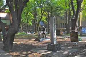 Pemandangan patung yang menghangatkan hati tersebutdari bangku di area taman