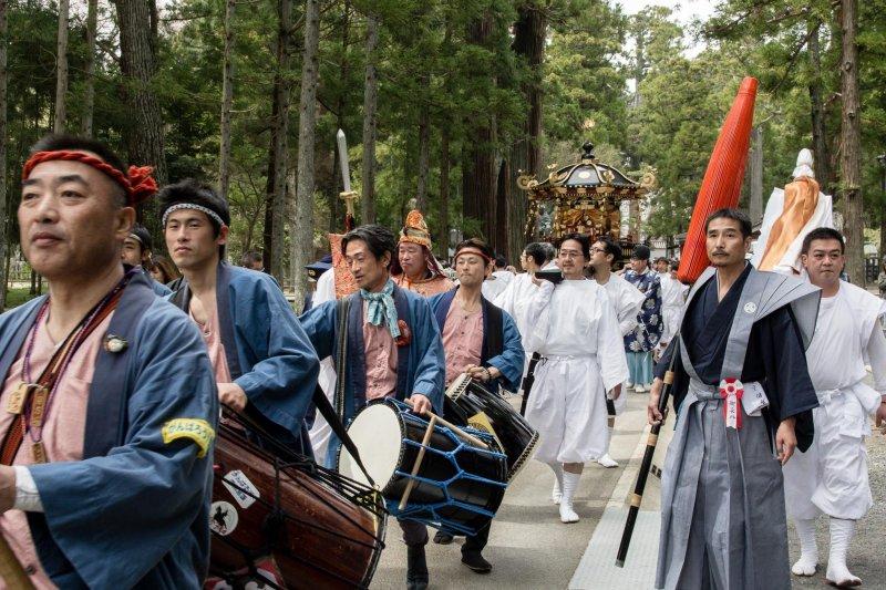 <p>Маршируя в направлении храма</p>