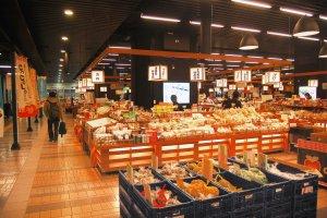 Pasar oleh-oleh di Stasiun Echigo-yuzawa
