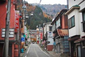 Salah satu sudut kota Yuzawa dengan pertokoan di kanan kiri jalan