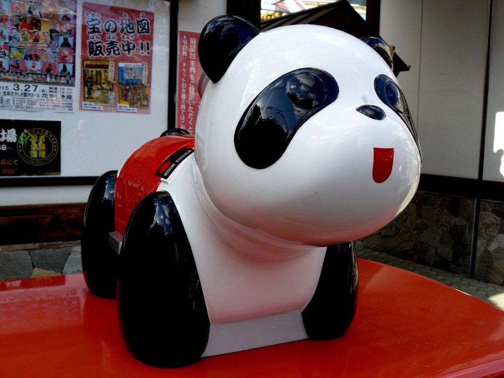 Как вы думаете, где сидит эта красавица панда? Ее не пропускает не одна стайка школьниц (и не только)