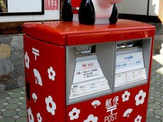 Она охраняет почтовый ящик у северо-западного входа на территорию храмового комплекса Асакусы