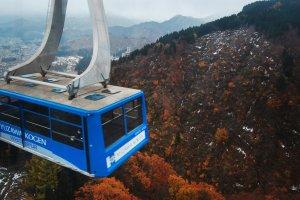 Ropeway atau gondola yang mengantarkan setiap pengunjung menuju puncak