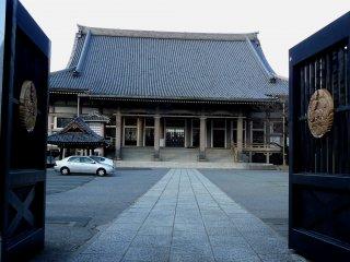 Вход в храм с черного входа