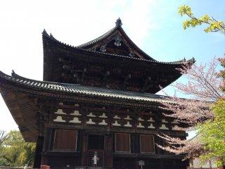 Сами здания храма довольно простые, но внутри них находятся настоящие сокровища