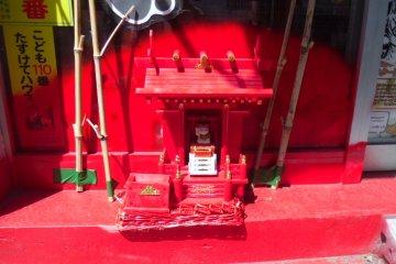 <p>Japan&#39;s smallest cat shrine?</p>