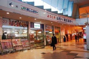 Ticket & travel agent di stasiun Yamagata