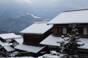 บ้านไม้เก่าแก่ ถูกแต่งแต้มด้วยสีขาวของเกล็ดหิมะ