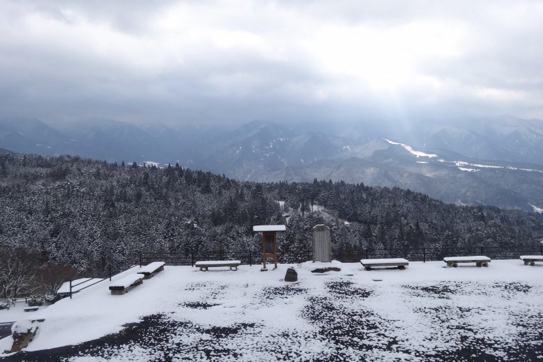 เทือกเขาสูงลดลั่นกัน แต่งแต้มด้วยเกล็ดหิมะ เหมือนกับถูกโรยด้วยน้ำตาลไอซิ่งอย่างดี