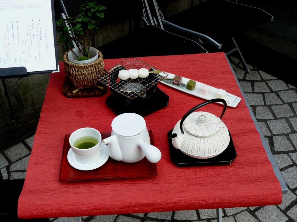 Если же вам хочется чего-то традиционного, попробуйте японские сладости с зеленым чаем