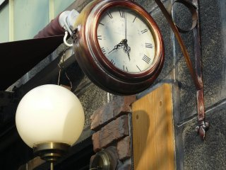 Часы рядом с каким-то кафе похожы на те, что обычно видят на вокзалах