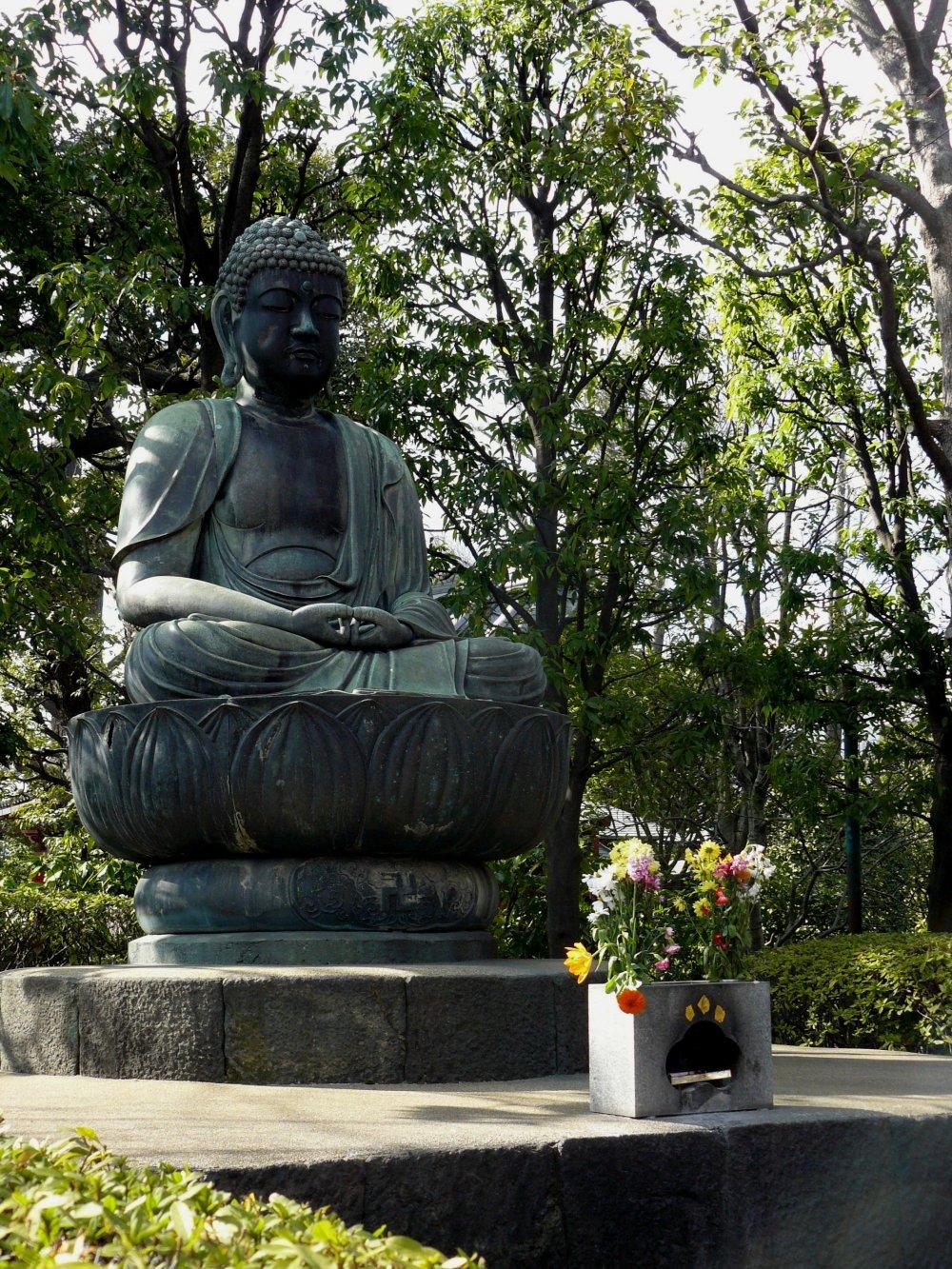 Просветленный Будда всегда изображается с завитками на голове и большими ушами
