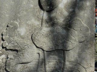 Еще нераскрывшийся цветок лотоса, высеченный на камне. Очень элегантно!