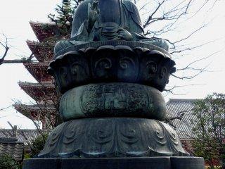 """По центру фотографии расположен буддистский символ совершенства, известный также как """"вихрь"""" или """"свастика"""". По-японски - мандзи"""