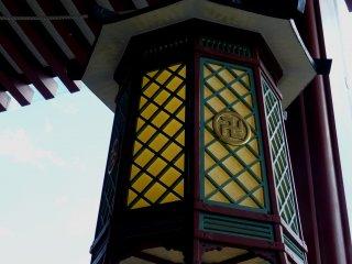 На этом фонаре Сэнсо-дзи тоже изображен символ совершенства