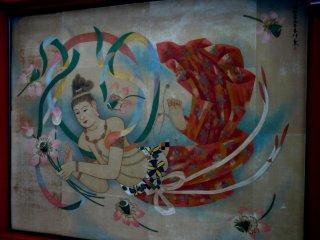 В то время как посетители Сэнсо-дзи молятся или смотрят по сторонам, не забудьте взглянуть на потолок