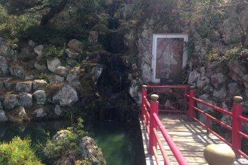 <p>A small bridge over a pond</p>