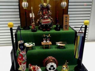 Композиция в витрине канцелярских товаров Tokyo Kyukyodo ко дню детей, который традиционно отмечается пятого мая