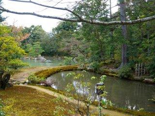 킨카쿠지 뒤 연못 정원
