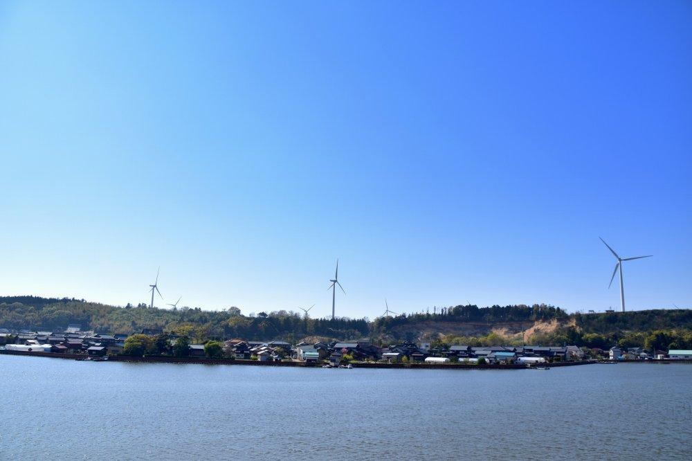 展望台から眺める北潟湖と風車の絶景