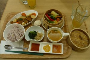 The yurinchi lunch set, at an affordable 1080. Only an extra 100 for a drink.