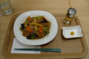 The ankake-yakisoba (fried noodles), which comes with a bottle of vinegar to add to taste