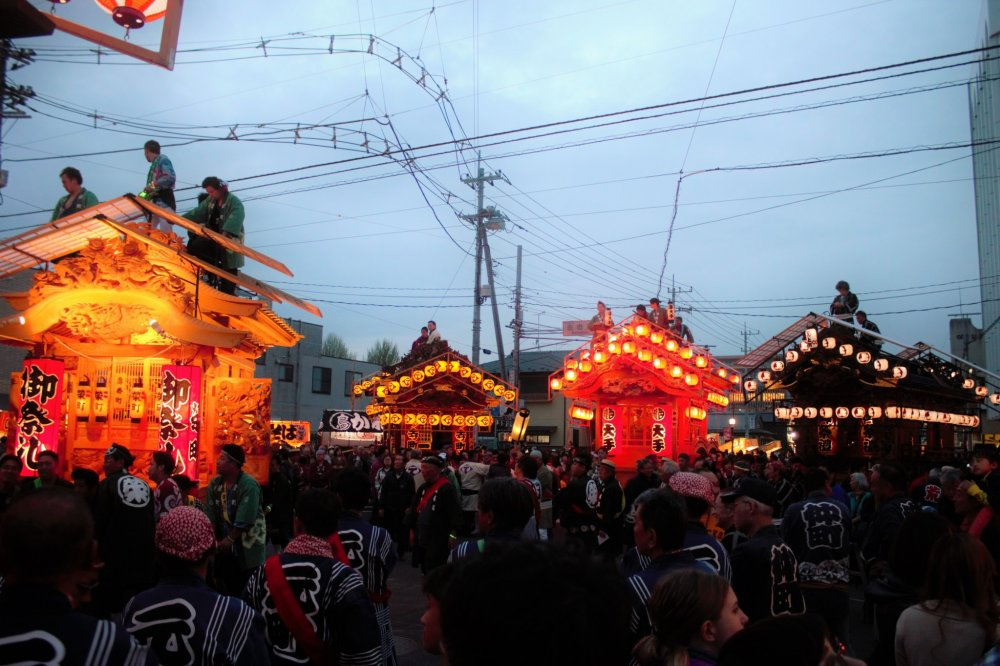 Crowds gather as the Buttsuke battle is ready to begin.
