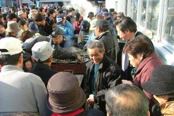 <p>신선한 굴을 바로 요리해서 먹을 수 있도록 설치된 바베큐장 (일본 사람들은 생선 이외의 것들은 거의 날 것으로 먹지 않는다고 함)</p>