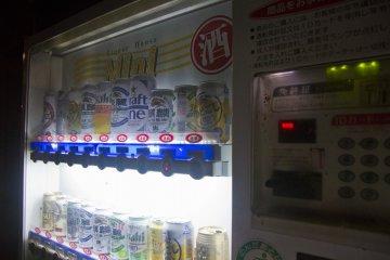 <p>Удобный автомат по продаже пива всего в двух шагах</p>