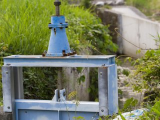 A sluice to control stream flow and flood fields in spring