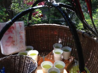 The dangos are put in boxes and the order comes with green tea. It's awesome to think that the basket goes back down at quite a speed and yet not a drop of liquid is spilled!
