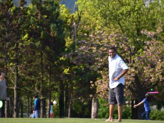 People were enjoying various sports on the lawn such as badminton, catch-ball, etc.
