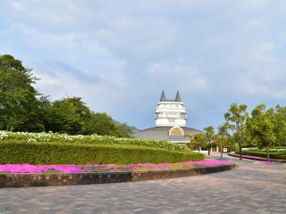 Main entrance of Fukui Green Center. The building in the center is 'Woodream Fukui', in which exhibition rooms and an observation deck are located.