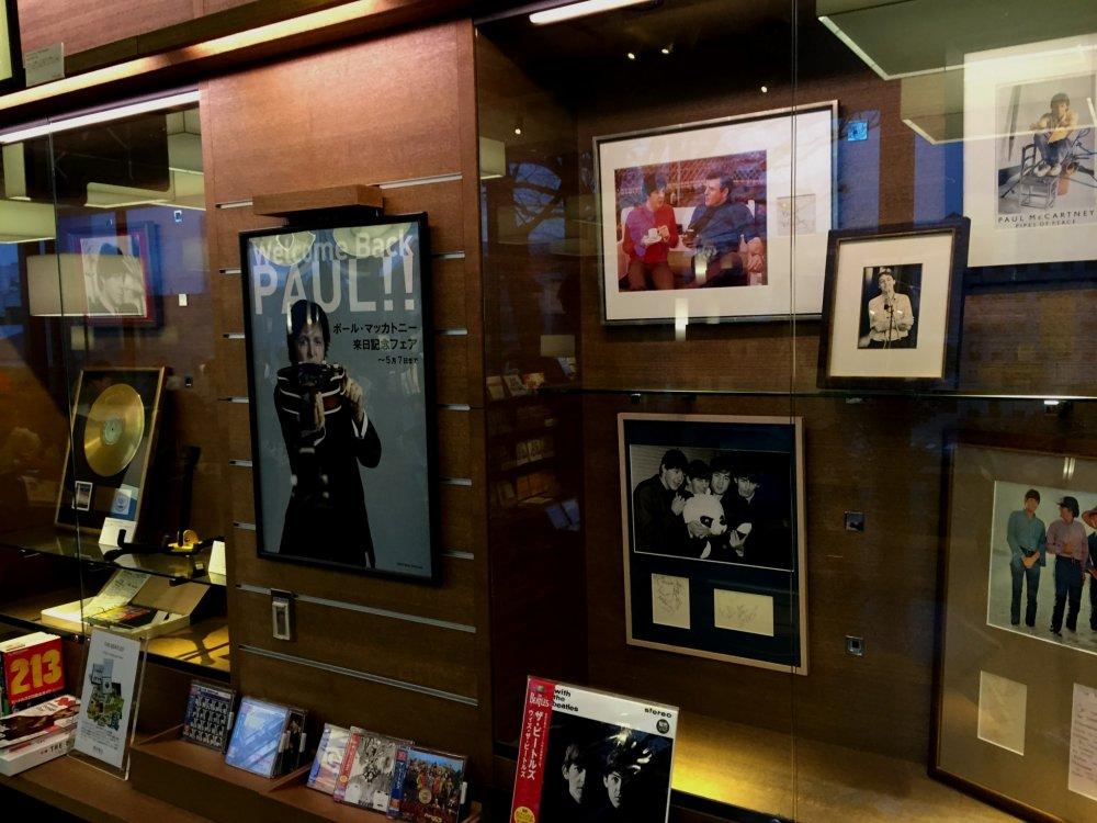 На главном стенде выставлены автографы легендарной ливерпульской четверки, диски, награды