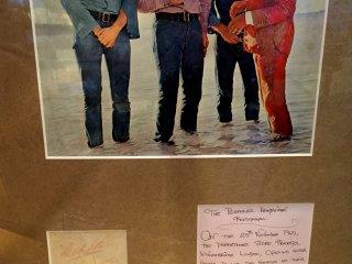 Этот автограф The Beatles дали менеджеру Френку Басби универмага Harrods 25 ноября 1965 года, после того как специально для их рождественского шопинга магазин был открыт в нерабочие часы