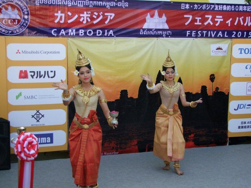 <p>Традиционная танцевальная труппа, выступающая в Парке Ёёги на Фестивале Камбоджи</p>